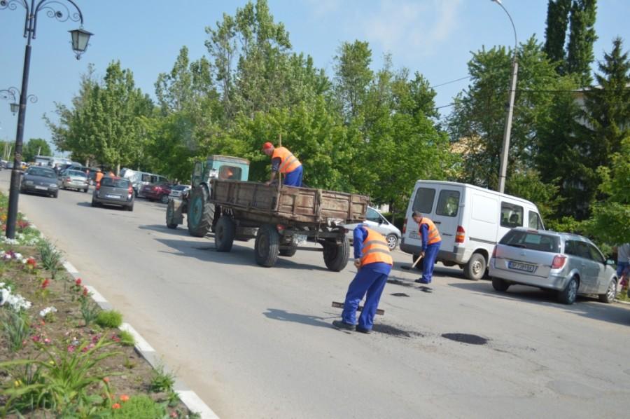 Primăvara aduce primele lucrări de întreţinere a drumurilor locale din Cimișlia