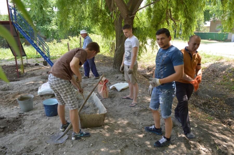 Tinerii implicați în amenajarea terenului de joacă